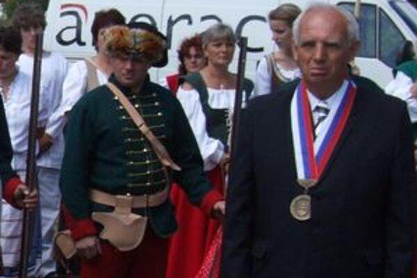 Jánovi Janotkovi (vpravo) po osemnástich rokoch na čele Vavrišova vyslovili ľudia v referende nedôveru.