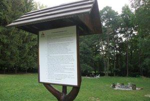 Pri ohniskách si ľudia môžu prečítať prevádzkový poriadok mestského parku.