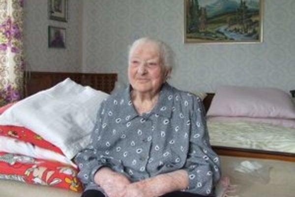 Deväťdesiatdeväťročná Zuzana Tomková v izbe, ktorá je teraz celým jej svetom.