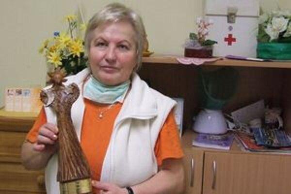 Drahoslava Gemzická so soškou,  ktorú vyrobili v chránenej dielni výtvarníčky Evy Režnej z Malaciek.