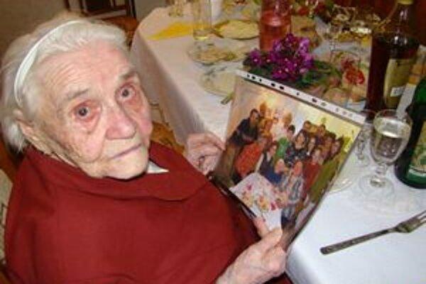 Mária Dalmanegová je najstaršia Ružomberčanka. Ako storočná každý deň číta noviny a lúšti aj krížovky.
