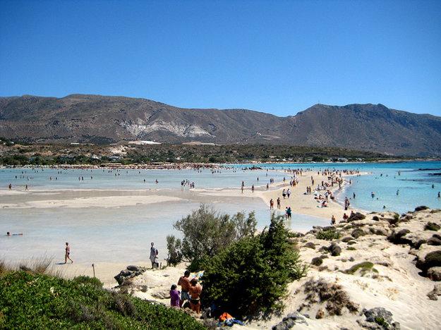 Pláž Elafonisi na Kréte, Grécko.