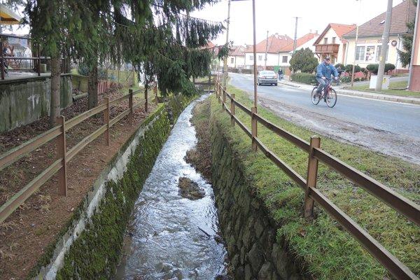 Miestny potok sa podľa miestnych obyvateľov počas dažďov mení na stoku.