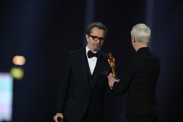 Gary Oldman na ceremoniáli Brit Awards