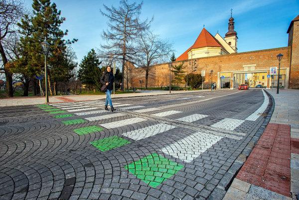 Radnica odhaduje, že za 100 tisíc dokážu osvetliť asi desať nebezpečných priechodov pre chodcov.