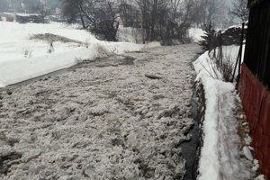 Hutná sa ocitla v zovretí ľadových krýh. Hrozilo, že sa potok vyleje.
