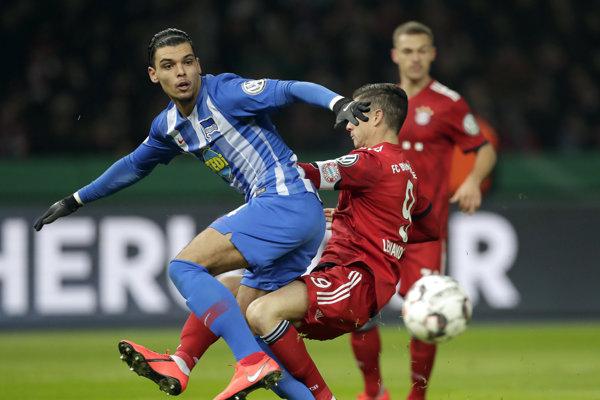 Karim Rekik (vľavo) v súboji s Robertom Lewandowskim.