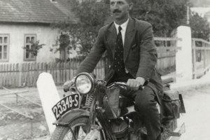 Dobová fotografia Vladimíra Ďurkoviča na svojom motocykli.