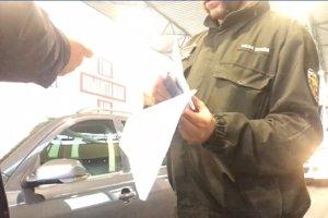 Video zachytáva colníka, ako si pýta úplatok.