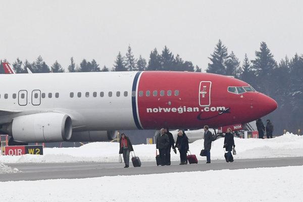 Cestujúci vystupujú z lietadla, ktoré núdzovo pristálo pre bombovú hrozbu v Štokholme.
