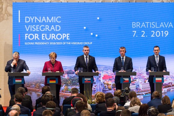 Predseda vlády Maďarska Viktor Orbán, nemecká kancelárka Angela Merkelová, predseda vlády Slovenska Peter Pellegrini, predseda vlády Česka Andrej Babiš a predseda vlády Poľska Mateusz Morawiecki počas tlačovej besedy.