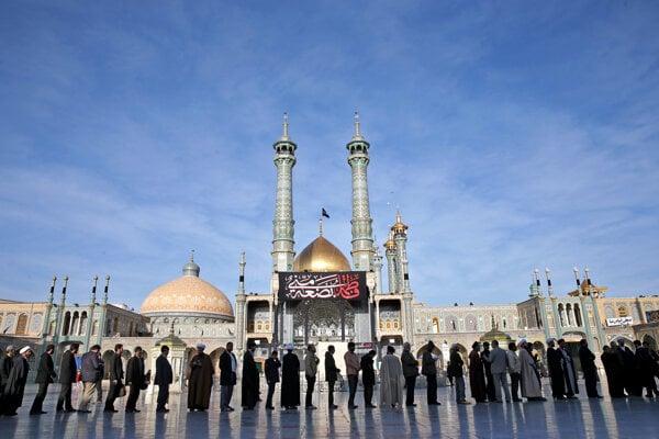 Iránčania čakajú v rade do volebnej miestnosti v meste Qom.