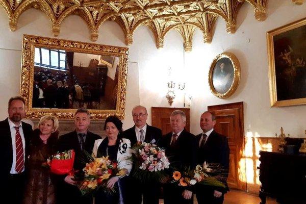Manželia Chorvátovci pri preberaní ocenenia. (Pán Chorvát tretí sprava, manželka štvrtá sprava.