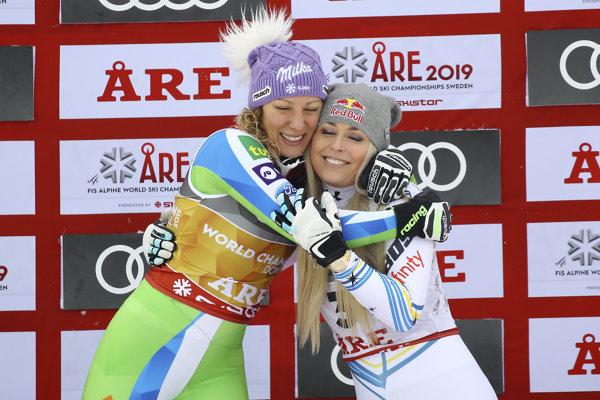 Zlatá Ilka Štuhecová (vľavo) objíma bronzovú Lindsey Vonnovú po zjazde na MS v alpskom lyžovaní 2019.