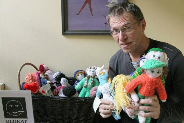 Ivan Sýkora ukazuje hračky, z predaja ktorých Berkat získava peniaze na pomoc v Afganistane či Maroku.