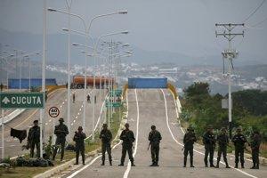 Humanitárna pomoc vrátane potravín a zdravotníckeho materiálu, ktorú poskytli Spojené štáty americké, je zatiaľ uložená v sklade v meste Cúcuta neďaleko mosta.