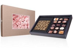 Elegantná bonboniéra obsahuje 15 lahodných čokoládových praliniek rôzných príchutí a tabuľku čokolády v tvare štvorca. Tabuľka je ochutená praženými mandľami a kúskami kávy a kakaa.