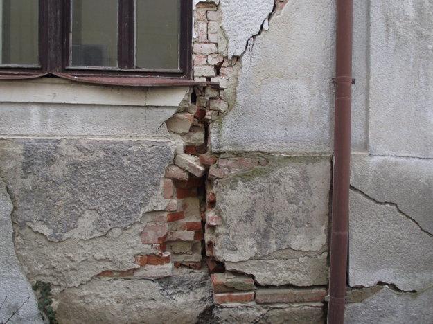 Múry domu sú poškodené.