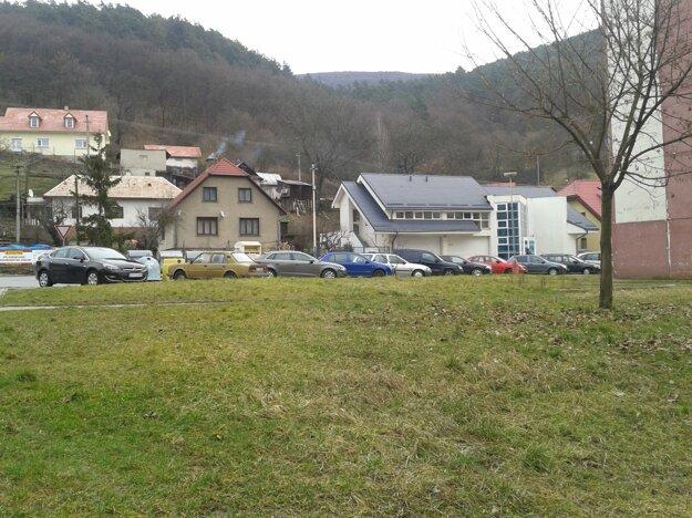 Primátor si nemyslí, že je situácia s parkovaním na sídliskách natoľko kritická, aby sa museli rozširovať na úkor zelene.