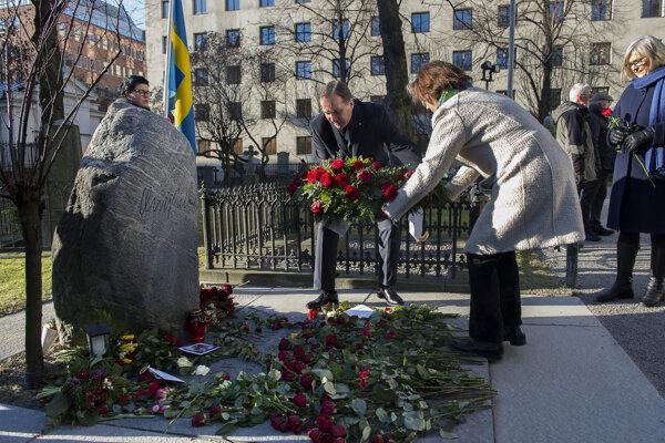 Švédsky premiér Stefan Löfven pokladá veniec na hrob Olofa Palmeho 28. februára 2016 v Štokholme.