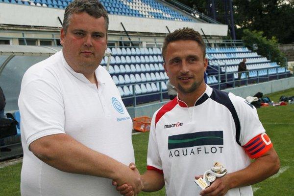 Slavomír Turčáni (vľavo) prišiel pred rokom s myšlienkou organizovať v lete veľký futbalový turnaj Obecné siete Cup. Teraz chce pomôcť futbalu na Čermáni, resp. Klokočine.