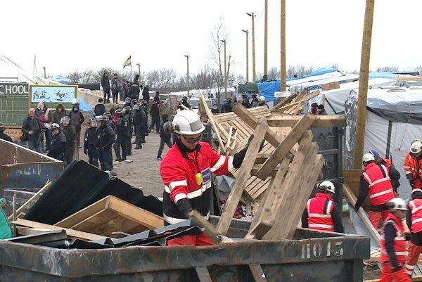 Francúzske úrady začali odstraňovať rozsiahly tábor migrantov v meste Calais.
