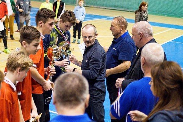 Pred rokom získali trofej starší žiaci Nákla z Olomouckého okresu. Gratuloval im Peter Bojda zo spoločnosti ACT.