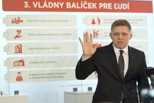 Na snímke predseda vlády SR Robert Fico počas tlačovej konferencie, na ktorej predstavil prvé opatrenia z 3. vládneho balíčka - štartovacie byty pre mladých ľudí.