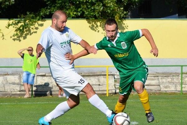Na archívnej snímke zo zápasu Topoľníky - Váhovce v bielom Tomáš Javor.