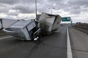 Nehoda kamióna na moste.