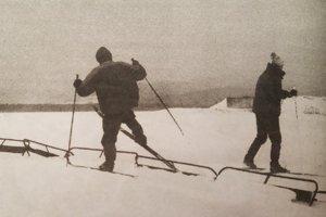 Bežkári mali raj, takto prekračovali sotva viditeľné vrcholy snehových zábran.