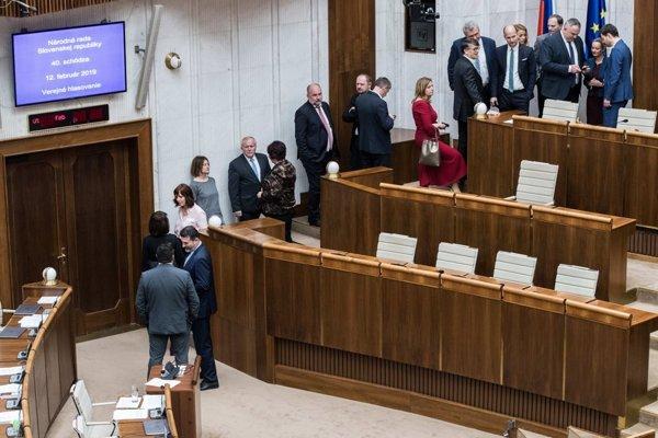 Poslanci budú opäť voliť kandidátov na ústavných sudcov.