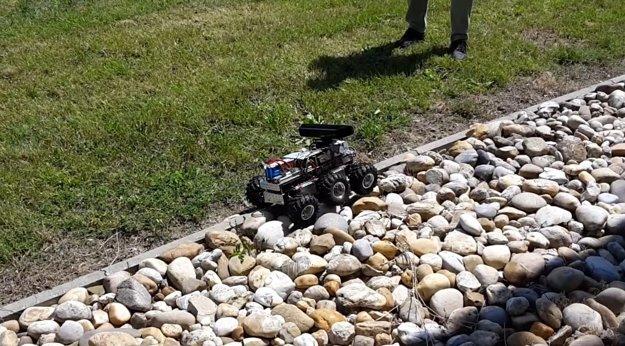 Robot zvládne aj ťažšie terény.