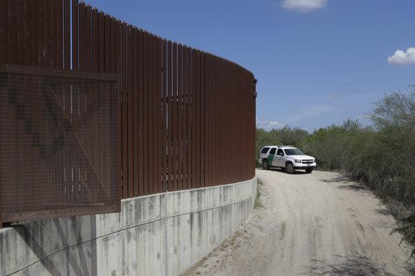 Na archívnej snímke z 11. augusta 2017 auto americkej pohraničnej stráže prechádza pozdĺž hraničného múru v meste Hidalgo v  americkom štáte Texas.