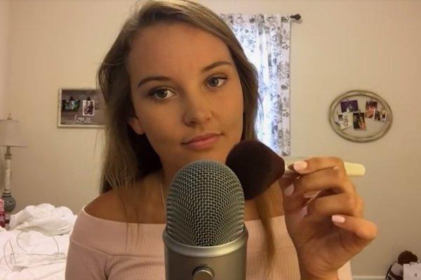 Youtuberka ASMR Darling, ktorá sa venuje ASMR videám.