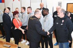 Najlepším športovcom blahoželali zástupcovia vedenia mesta. Na snímke časť futbalistov ŠKF Sereď.