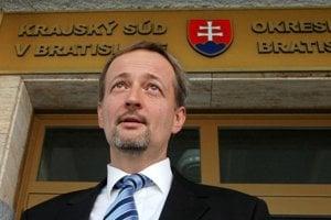 Ivan Lexa pred budovou súdu v roku 2006