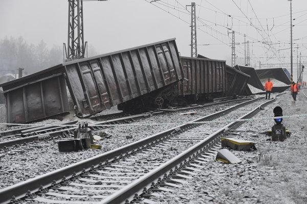 Vykoľajený nákladný vlak neďaleko železničnej stanice v Krompachoch.