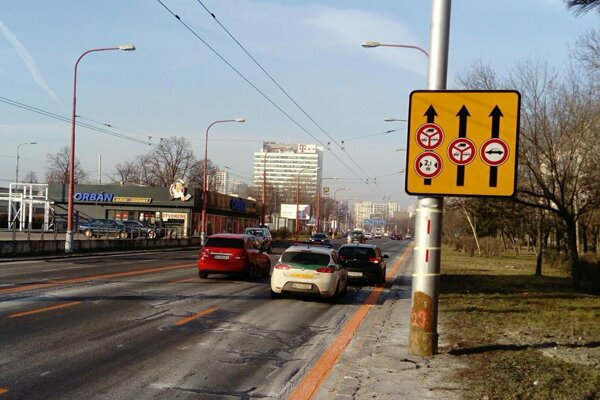 Jazda v pravom pruhu je na Gagarinovej pre osobné autá zakázaná.