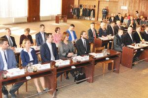 Poslanci mestského zastupiteľstva nemôžu dávať úlohy zamestnancom mesta.
