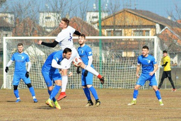 Futbalisti postupne prechádzajú z umelej trávy na živú. Stretnutie medzi Komárnom a Gabčíkovom sa hralo v Zlatnej na Ostrove.