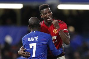 Paul Pogba z Manchestru United v objatí s N'Golom Kantém z Chelsea Londýn.