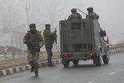 Indickí vojaci prichádzajú na miesto štvrtkového výbuchu v Pampore, v indickej časti Kašmíru.