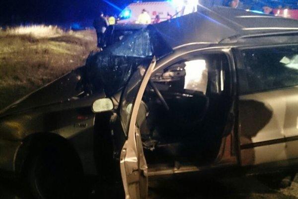 Dvaja mladí ľudia zomreli na mieste nehody.