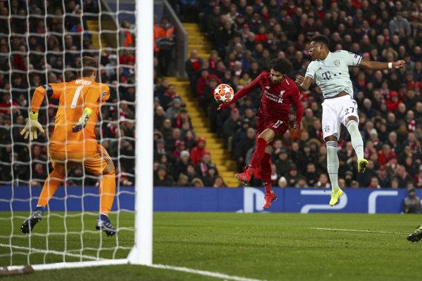 Mohamed Salah z FC Liverpool sa snaží prekonať brankára Bayernu Mníchov Manuela Neuera.