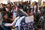 Študenti a návštevníci si vyberajú oblečenie počas podujatia Veľký stredoškolský swap oblečenia, 19. februára 2019 v priestoroch refektára Piaristického gymnázia v Trenčíne.