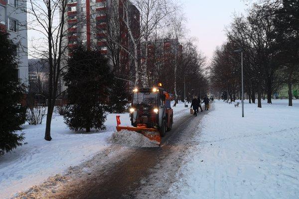Zimná údržba chodníkov v meste Prešov.