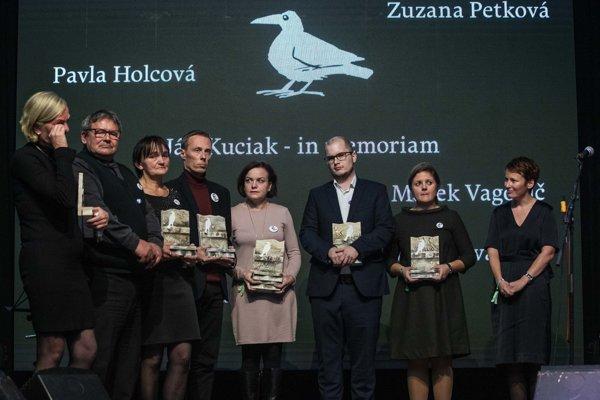 Odovzdávanie ocenení Biela Vrana, (zľava) Zlatica Kušnírová, Jozef Kuciak s manželkou Janou, Marek Vagovič, Zuzana Petková, Adam Valček, Monika Tódová a Pavla Holcová.