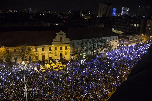 Zaplnené Námestie SNP v Bratislave rok od vraždy jána Kuciaka a Martiny Kušnírovej.