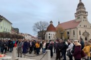 Na námestie prišlo viac ako sto ľudí.